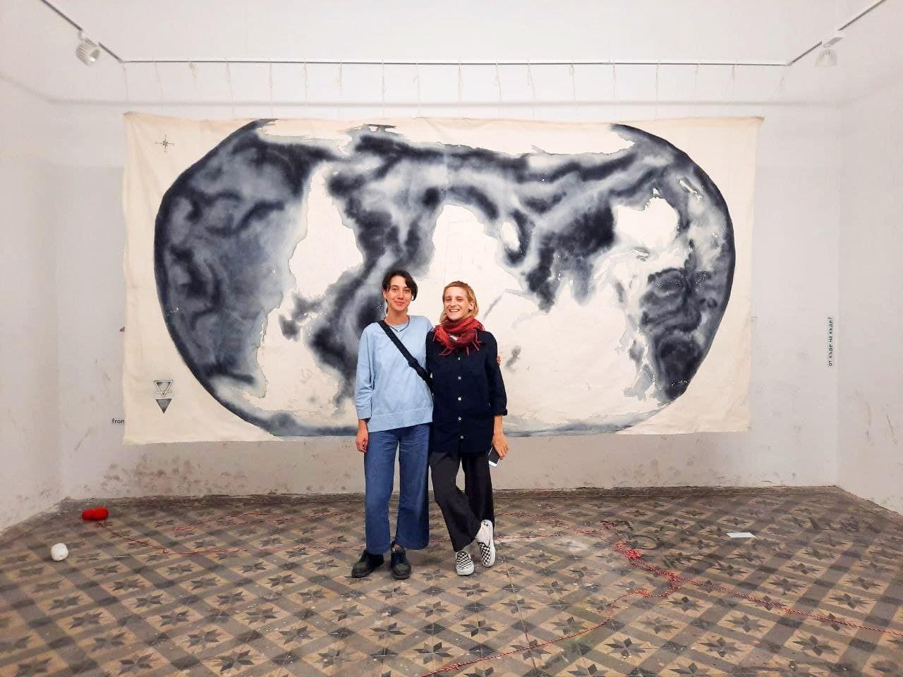 """Sub'dan Derin Uludağ ve İlayda Tunca, """"Nereden Nereye?"""" çalışmasının önünde © istanbulberlin"""